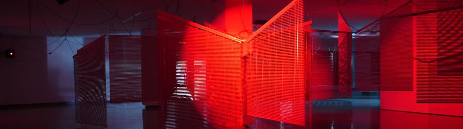 Haegue Yang, Moldaketa sentiberen saila itzalik gabeko ahotsa hiruren gainean (2008). Sitespecific instalazioa. Desberdintasun simetrikoa, sala rekalde, Bilbao. Fotograf&xeda: Bego&xf1a Zubero. (2)