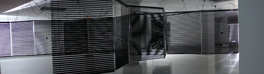 Haegue Yang, Moldaketa sentiberen saila- itzalik gabeko ahotsa hiruren gainean (2008). Site-specific instalazioa. Desberdintasun simetrikoa, sala rekalde, Bilbao. Fotografía: Begoña Zubero. (3)