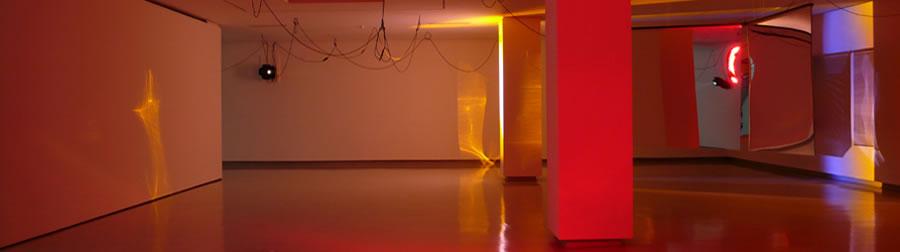 Haegue Yang, Moldaketa sentiberen saila itzalik gabeko ahotsa hiruren gainean (2008). Sitespecific instalazioa. Desberdintasun simetrikoa, sala rekalde, Bilbao. Fotograf&xeda: Bego&xf1a Zubero. (7)